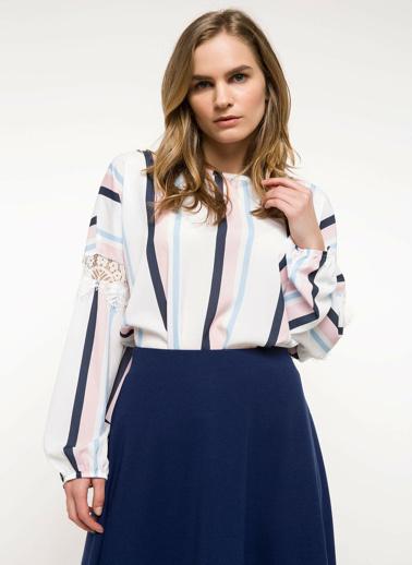 DeFacto Kolları Dantel Detaylı Çizgili Bluz Beyaz